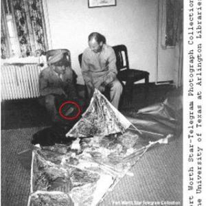 Il Generale Ramey durante la conferenza stampa, accanto ai rottami del pallone sonda
